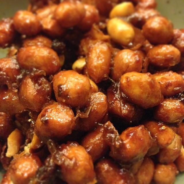 ピーナッツ味噌。あつあつの中華鍋でピーナッツ(落花生)を...